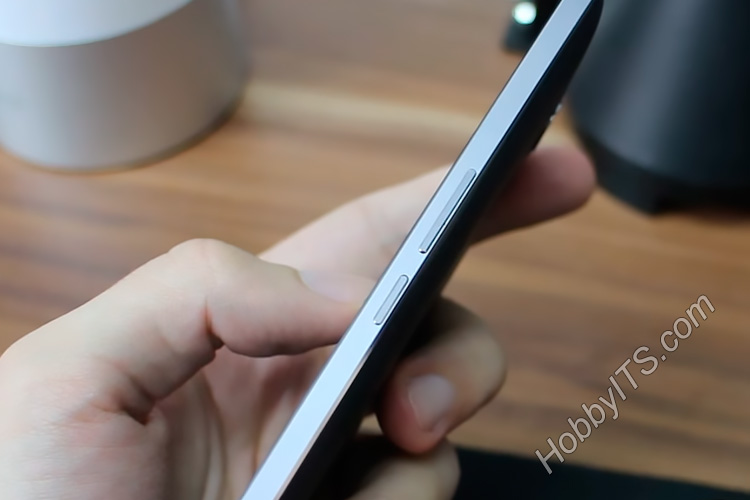 Качелька громкости и кнопка включения смартфона