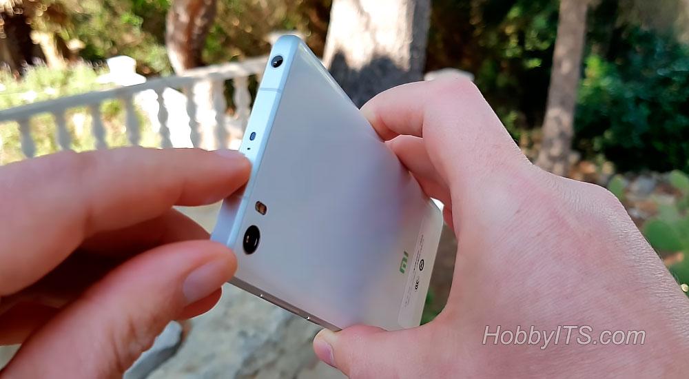 На верхнем торце ИК порт, второй микрофон и разъем для гарнитуры XiaoMi Mi5