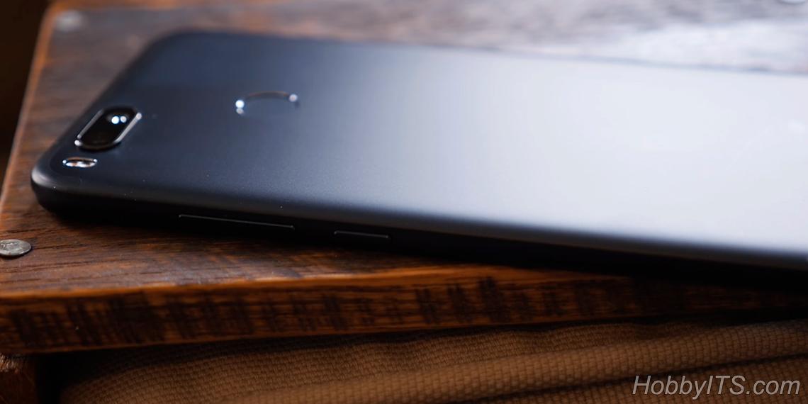 Тыльная сторона смартфона со сканером отпечатков пальцев